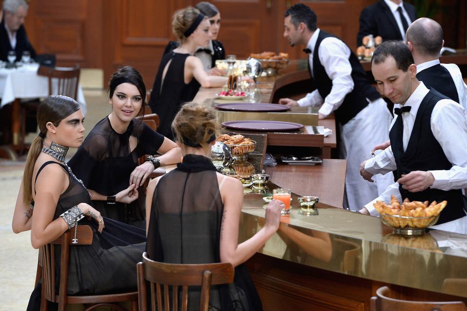karl-lagerfeld-chanel-grand-palais-paris-cafe-02-960x638