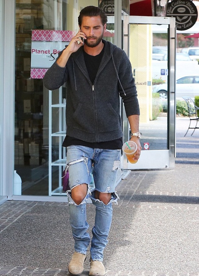 33FED52C00000578-3582130-Hands_full_Disick_held_his_cell_phone_in_one_hand_as_he_chatted_-m-50_1462847814887