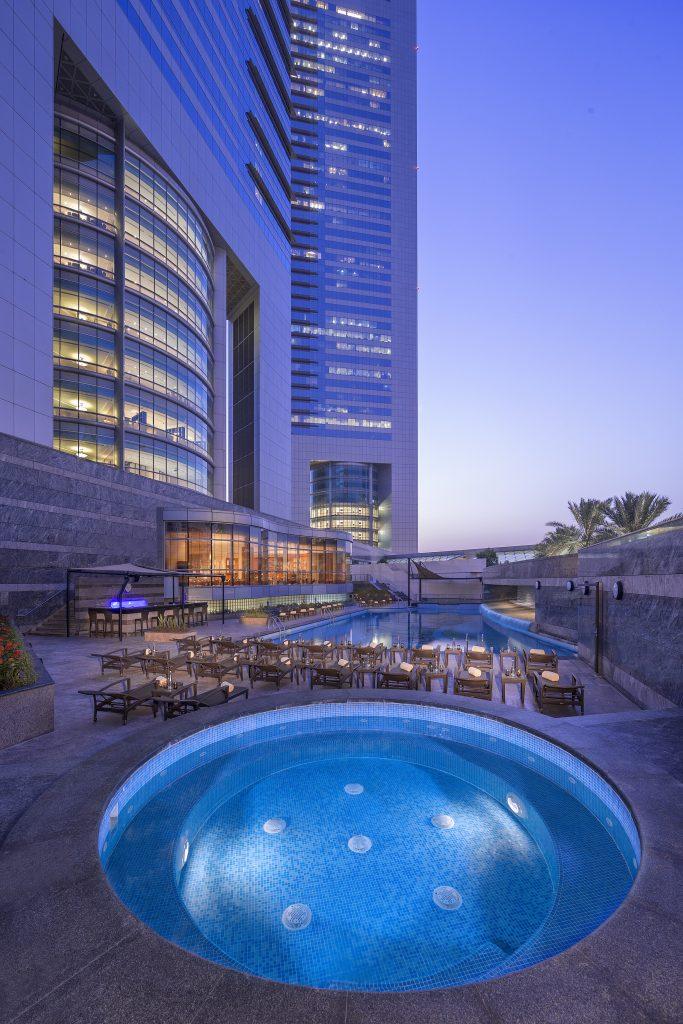 Jumeirah_Emirates_Towers_-_Swimming_Pool_-_Vertical