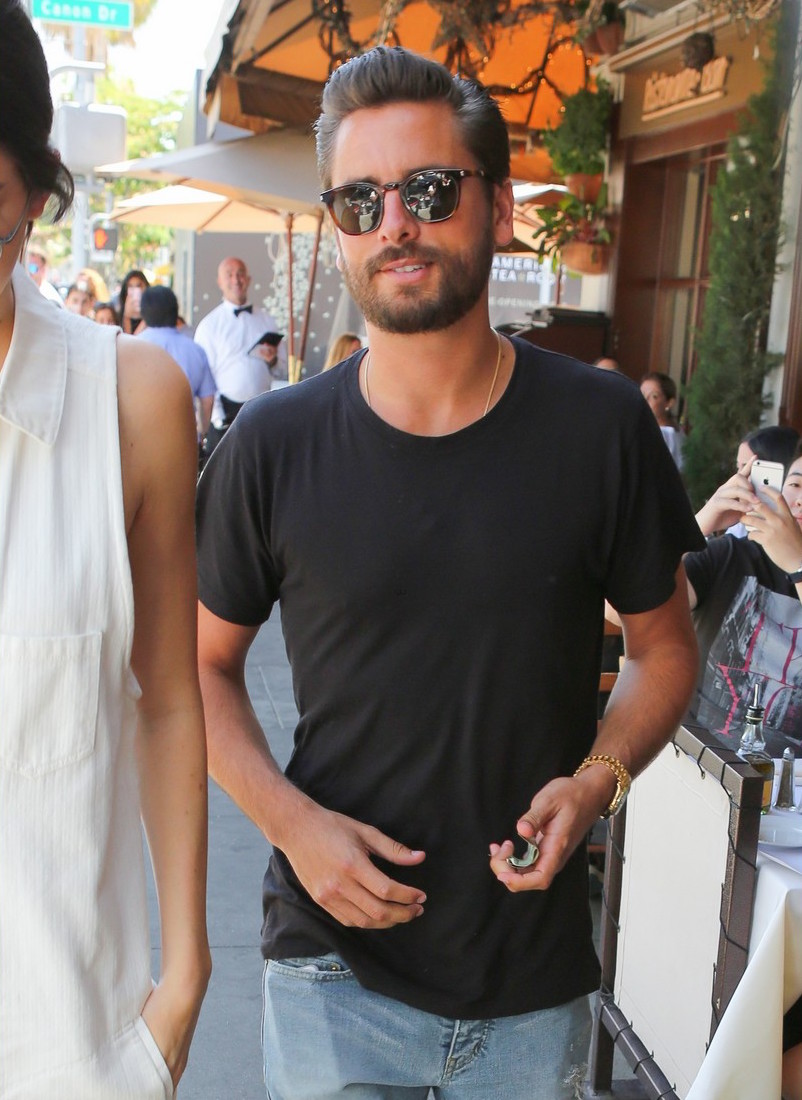 kendall-jenner-grabs-lunch-wiith-scott-disick-holiday-weekend-26