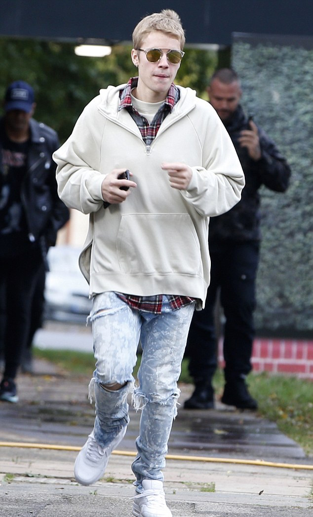 justin-bieber-fear-of-god-shirt-jeans-adidas-sneakers-dior-3