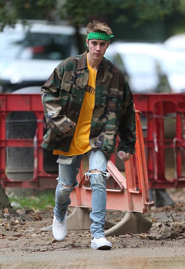 justin-bieber-purpose-tour-jacket-tee-fear-of-god-jeans-vans-2